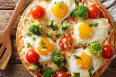 Serdecznie śniadanie pizza z jajkami, brokuły, pomidoru zbliżenie Fotografia Stock