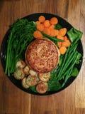 Serdecznie gotujący zdrowotny kurczaka kulebiak z świeżymi warzywami fotografia royalty free