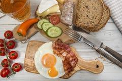 Serdecznie kolacja, smażący jajko i bekon na proteinowym chlebie, obraz royalty free