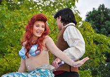 Sereia e príncipe pequenos em Disneylâandia Fotografia de Stock