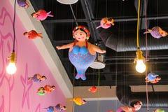 Sereias gordas que penduram do telhado Imagem de Stock
