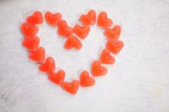 Sereias vermelhas deliciosas saborosos no formulário do coração Foto de Stock Royalty Free