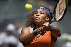 Serena Ουίλιαμς στη δράση κατά τη διάρκεια της αντισφαίρισης της Μαδρίτης Mutua ανοικτής Στοκ Εικόνα