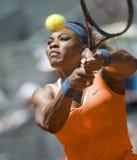 Serena Williams en la acción durante el tenis de Madrid Mutua abierto Foto de archivo libre de regalías