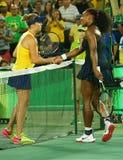 Serena Williams van Verenigde Staten (r) wenst Elena Svitolina van de Oekraïne na verlies bij ronde gelijke drie geluk Stock Foto's