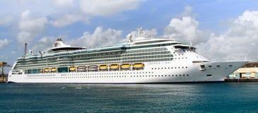 Serenade de bateau de croisière des mers en Barbade Images libres de droits