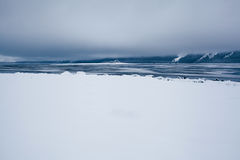 Serene Alaskan Beach após a tempestade de neve fotografia de stock royalty free