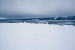 Serene Alaskan Beach nach Schneesturm lizenzfreie stockfotografie