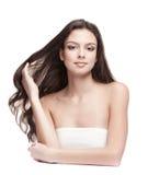 Serene Beautiful Young Woman med långt hår Royaltyfri Bild