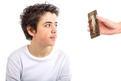 Serene Caucasian liso-peló al muchacho que recibía el ico compasivo de Jesús Imagen de archivo