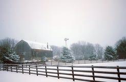 Serene Country Farm Scene im Schnee Stockfoto