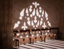Serene Light Through Windows na igreja de madeira dos bancos fotografia de stock royalty free