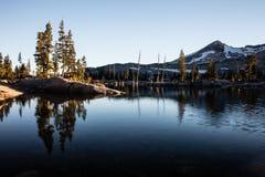 Serene Mountain Lake nella regione selvaggia di desolazione Fotografie Stock