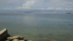 Serene Pacific Ocean-water bij Moresby-Haven stock video