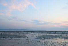 Serene Relaxing Beach in der Ebbe-Landschaft mit buntem Himmel an der Dämmerung - Vijaynagar-Strand, Havelock, Andaman-Inseln lizenzfreie stockbilder