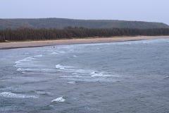 Serene Relaxing Beach mit Hügeln - Aare-Waren-Strand, Ganpatipule, Maharashtra, Indien Lizenzfreies Stockbild