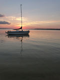 Serene Sailboat all'ancora sul lago Rathbun al tramonto Immagini Stock Libere da Diritti