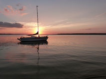 Serene Sailboat bij Anker op Meer Rathbun bij Zonsondergang stock afbeelding