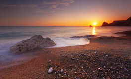 Serene South Dorset Beach e mar no por do sol Imagens de Stock