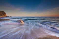 Serene South Dorset Beach e mare al tramonto Immagini Stock Libere da Diritti