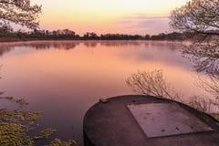 Serene Sunrise bij het Meer Royalty-vrije Stock Afbeeldingen