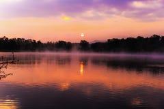 Serene Sunrise bij het Meer Stock Fotografie