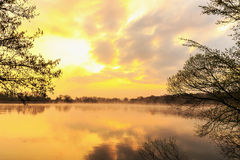 Serene Sunrise nel lago Fotografie Stock Libere da Diritti