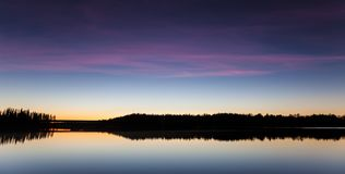 Serene view of calm lake at twilight Royalty Free Stock Photos