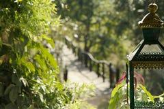 Serene Wood Bridge met Metaal Indische Lantaarn in Voorgrond Stock Afbeelding
