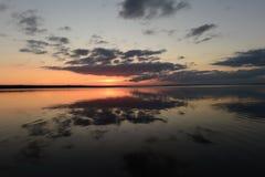 Serenidad del otoño y tranquilidad de la superficie del agua del lago en la puesta del sol Imagenes de archivo