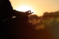 serenità e yoga che praticano al tramonto fotografie stock libere da diritti