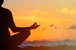 sereniteit en yoga het praktizeren bij zonsondergang Royalty-vrije Stock Fotografie