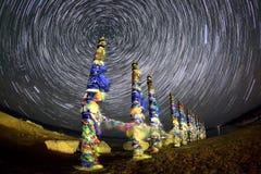 Serge Poles Stjärnklar natt över ön Olkhon Burkhan udde Arkivbild