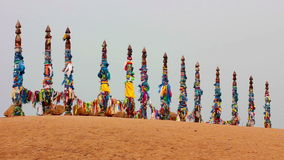 serge Poteaux sacrés avec les rubans colorés en île Olkhon Burkhan, le lac Baïkal banque de vidéos