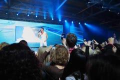 Sergey Lazarev canta ed il pubblico lo fotografa Immagine Stock