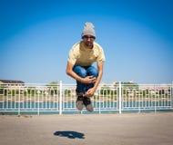 Sergey Pustovoyt Hombre que baila las gafas de sol amarillas de los tejanos de la camisa Foto de archivo libre de regalías