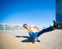 Sergey Pustovoyt Hombre que baila las gafas de sol amarillas de los tejanos de la camisa Fotos de archivo