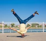 Sergey Pustovoyt Hombre que baila las gafas de sol amarillas de los tejanos de la camisa Fotos de archivo libres de regalías