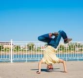 Sergey Pustovoyt Hombre que baila las gafas de sol amarillas de los tejanos de la camisa Imagenes de archivo