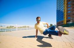 Sergey Pustovoyt Hombre que baila las gafas de sol amarillas de los tejanos de la camisa Imagen de archivo libre de regalías