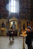 Sergiev Posad市,俄罗斯- 17-03-2013 :教区居民在东正教大教堂里 免版税库存图片