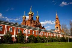Sergiev Posad,俄罗斯,2017年5月 切尔尼戈夫幽默故事 有金黄圆顶的一间红砖偏僻寺院反对一天空蔚蓝在一好日子 图库摄影