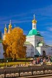 SERGIEV POSAD,俄罗斯- 10月13 :三位一体Se的走的人 库存照片