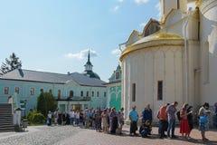 Sergiev Posad, Rússia - 2 de setembro de 2018: Trindade santamente de St Sergius Lavra Os peregrinos estão na linha às relíquias  fotos de stock