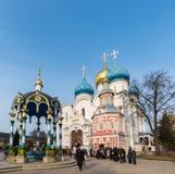 Sergiev Posad, Rusia - 28 de marzo de 2015 gran monasterio de la trinidad en Sergiyev Posad cerca de Moscú Anillo de oro de una R imagenes de archivo