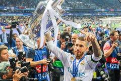 Sergio Ramos trzyma mistrz filiżankę obrazy royalty free