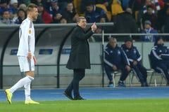 Serhiy Rebrov blijft bij de rand van het gebied en toont één vinger terwijl hij aan zijn spelers, de Ligaronde van UEFA Europa va royalty-vrije stock foto