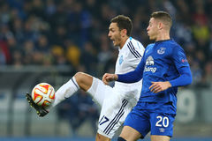 Serhiy Rybalka射击球、UEFA欧罗巴16在发电机之间的秒腿比赛同盟回合和埃弗顿 免版税图库摄影