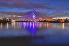 Seri wawasan brug in blauw uur Stock Afbeelding
