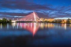 Seri wawasan brug in blauw uur Stock Fotografie